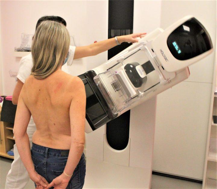 patiente réalisant une mammographie