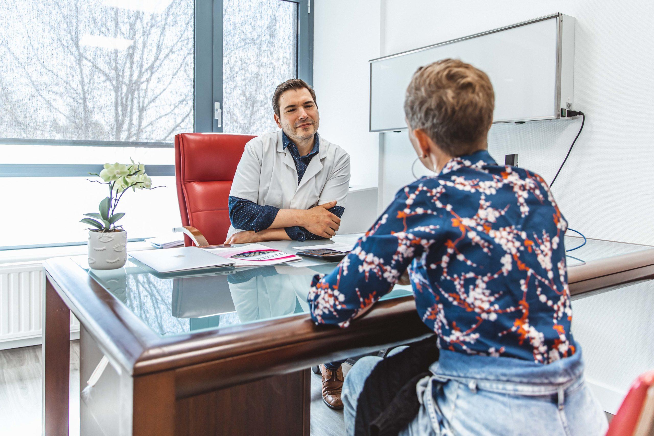 Consultation-chirurgien-et-patiente